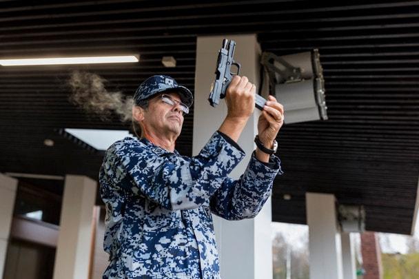 Военные атташе иностранных государств пробуют оружие «Калашникова»